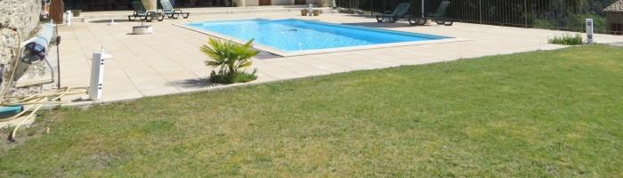 Pelouse et piscine
